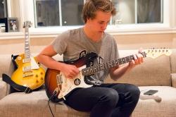 Håkon aman a tocar la guitarra (2016)